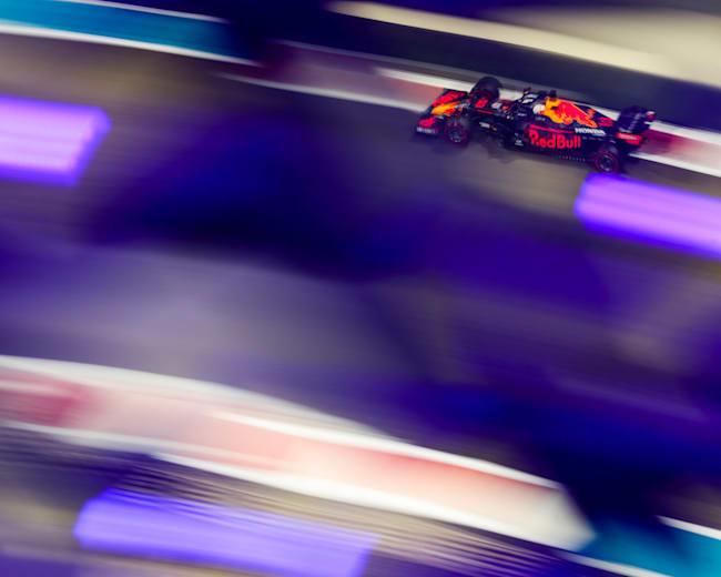 Max Verstappen sfreccia nella notte del GP di Abu Dhabi