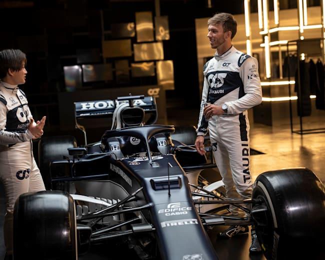 Die neuen Teamkollegen beim Check ihres neuen F1-Boliden