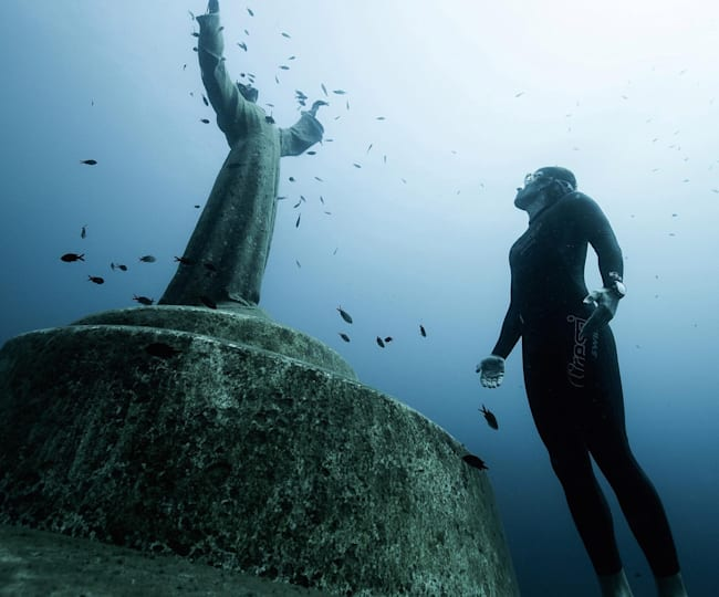 Nery pays homage to the Christ of the Abyss statue