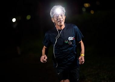 Οι δρομείς από την Ιαπωνία έτρεξαν βράδυ με φακούς κεφαλής
