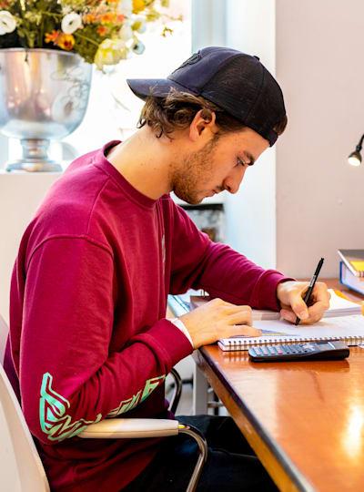 Student robiący notatki przed egzaminem