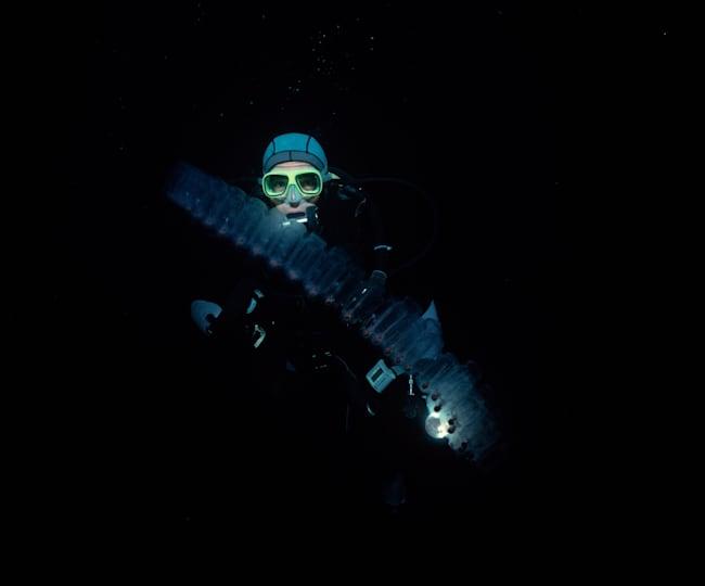 漆黒の海中をダイビング