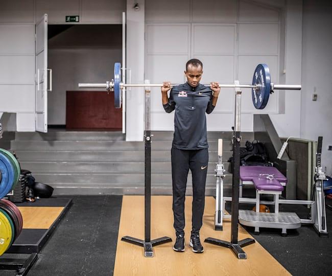 Mutaz Barshim pakt een workout in de gym