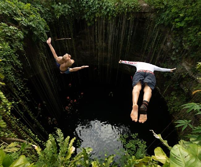Paredes y Duque saltando en el Cenote Ik Kil
