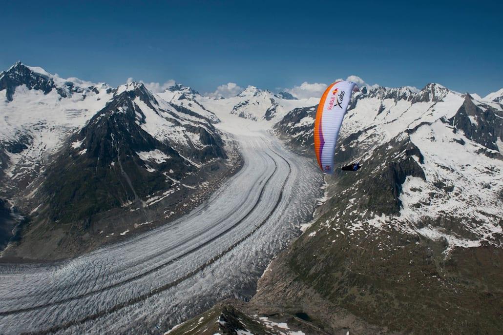 Top 10 des meilleures randonnées d'un jour : Un parapentiste survole le glacier Aletsch en Suisse.