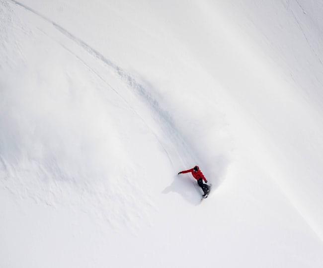 Snowboarden in de poeder.