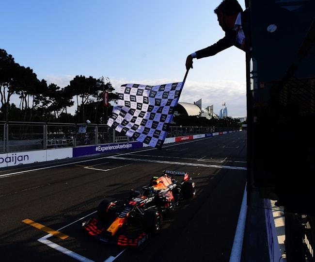 Checo recibe el banderazo de llegada