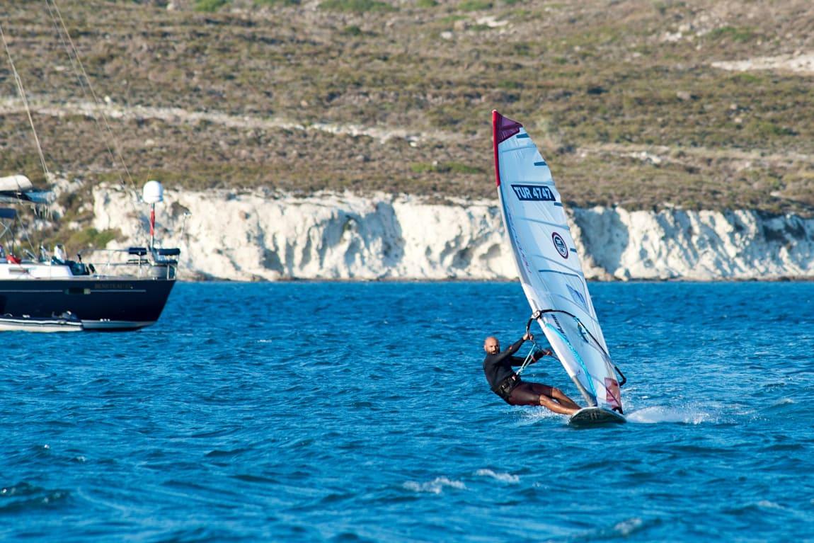 Abdurrahim Korkmaz'ın yanından ayırmadığı sörf tahtası ve yelkeni