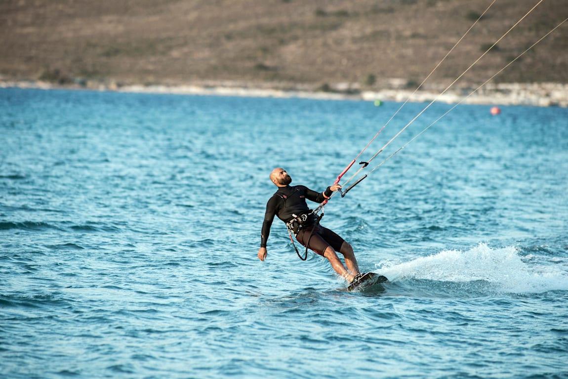 Alaçatı hem rüzgar sörfü hem kitesurf için Türkiye'deki ideal noktalardan