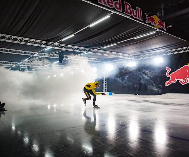 Marcel Bosker die door de dynamische windtunneltunnel schaatst