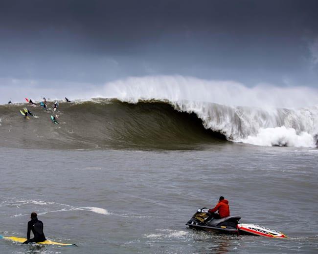 Eine XXL-Welle in Mavericks, Kalifornien.