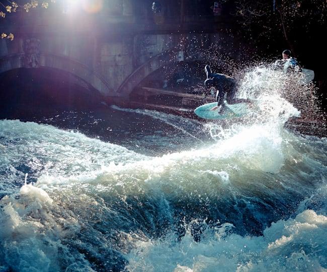 Quirin Rohleder beim Surfen im Eisbach.