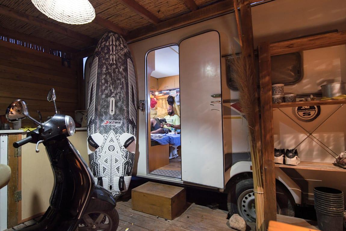 Abdurrahim Korkmaz Alaçatı'da bir karavanda yaşıyor