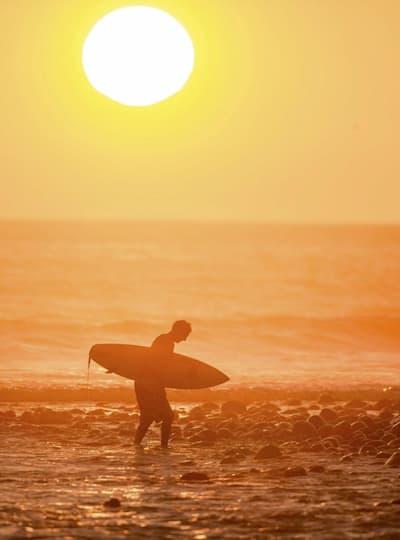 Surf al atardecer, el eterno regalo