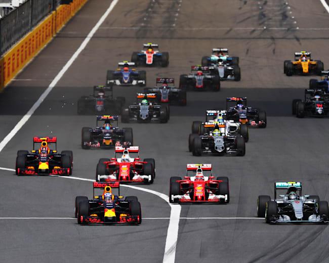 Kierowcy F1 zaraz po starcie