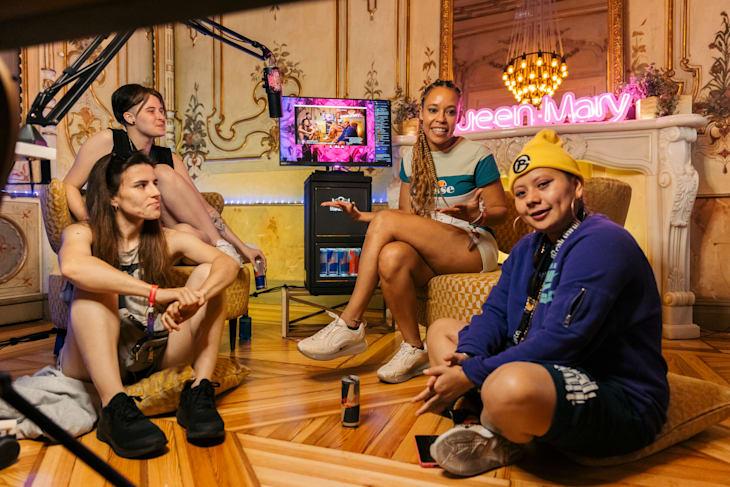 Røma, Queen Mary, Bloody y Karey durante uno de los directos de Twitch en el set de Queen Mary