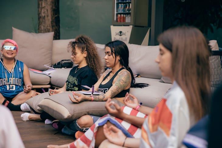Karey, Nine, Neblinna y Sara Socas durante una relajación durante una sesión con Virginia Ramirez