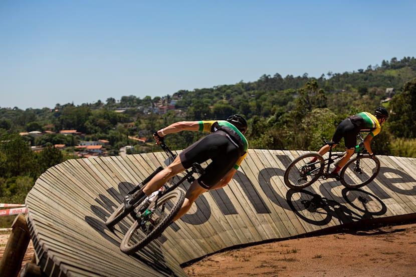 Pista de XCO divertida com saltos e curvas em madeira