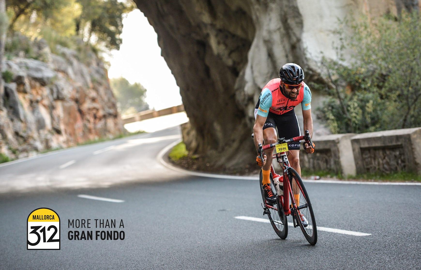 Ein Radfahrer auf der Straße während des Mallorca 312 Gran Fonda Events.