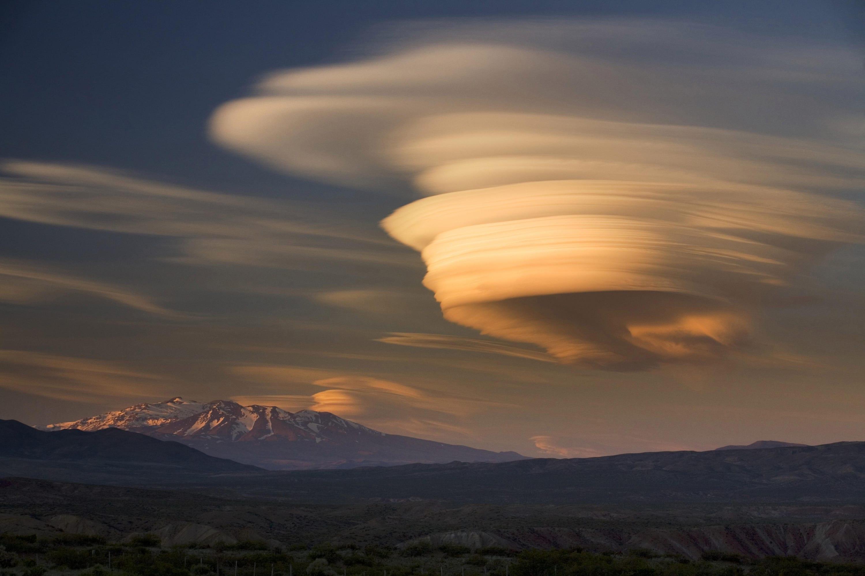 lenticularis-wolke-%C3%BCber-einem-erloschenen-vulkan.jpg