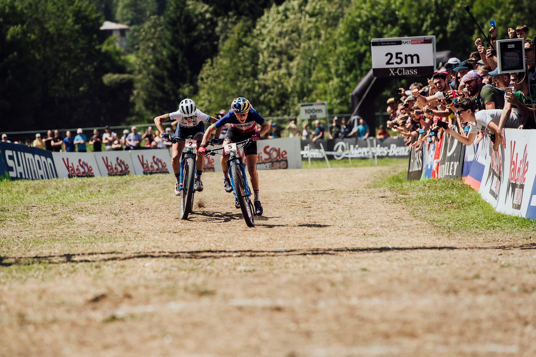 Jolanda Neff und Pauline Ferrand Prevot liefern sich einen heißen Kampf beim UCI XCO-Weltcup in Val di Sole, Italien am 04. August 2019.